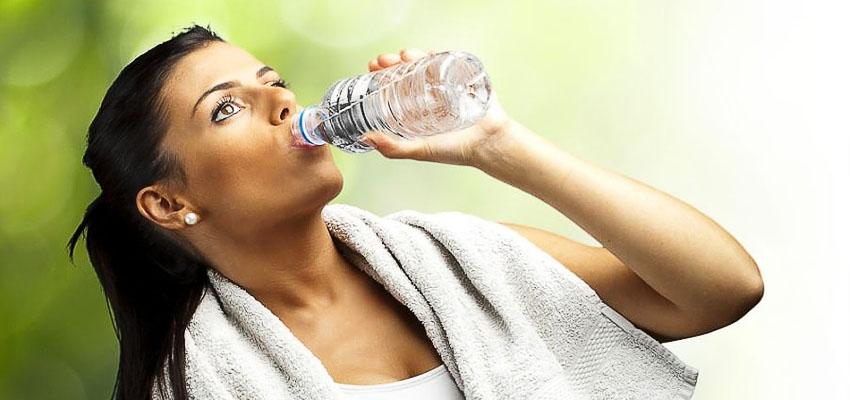 Девушка, бутылка воды и полотенце