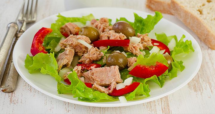Салат, тунец и хлеб