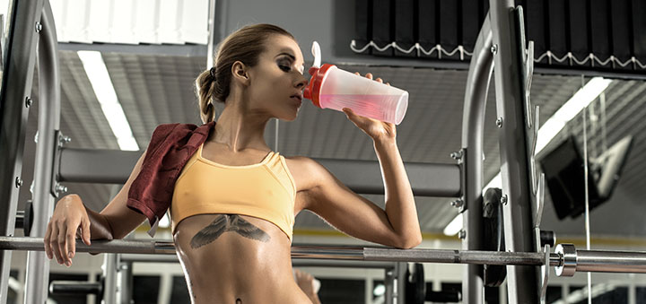 девушка пьет аминокислоты