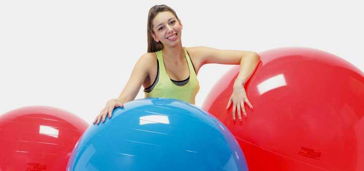 девушка с фитнес мячами