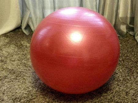мяч для фитнеса в интерьере