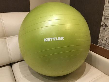 мяч для фитнеса в комнате